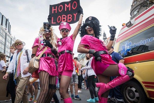 čierne lesbičky sania veľké prsia