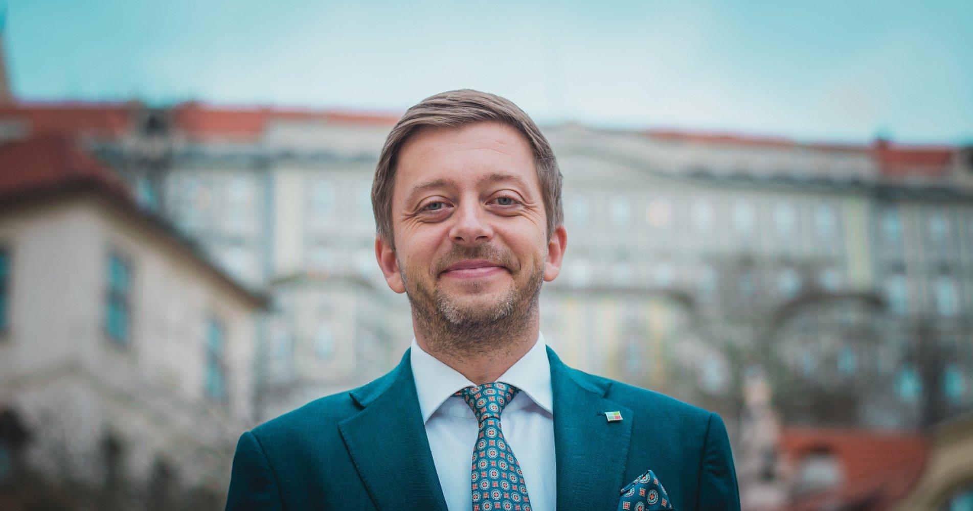 """""""Chceme společnost, kde se nezpochybňují ničí práva, ani práva LGBT lidí. Cestu polototalitního Maďarska odmítáme,"""" říká Vít Rakušan"""
